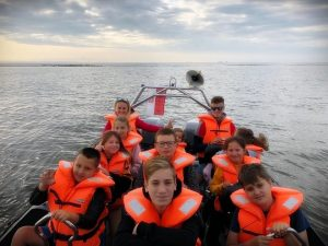 rejs łodzią na obozie nad morzem